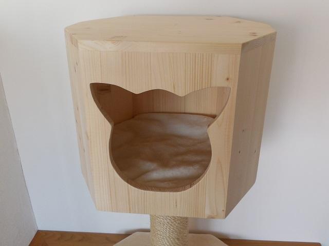 Holzhöhle mit geradem Katzengesicht