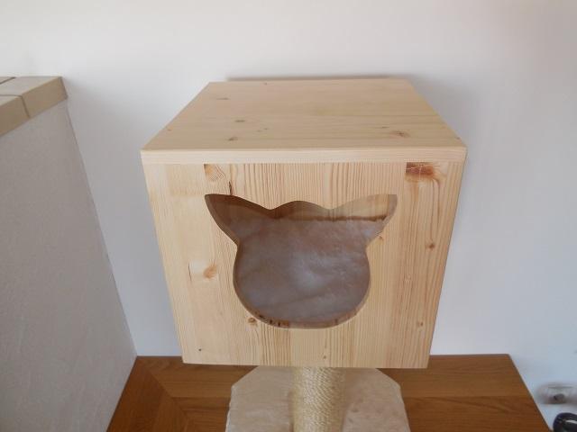 Holzhöhle perfekt verarbeitet in Tischlerqualität mit Kissen