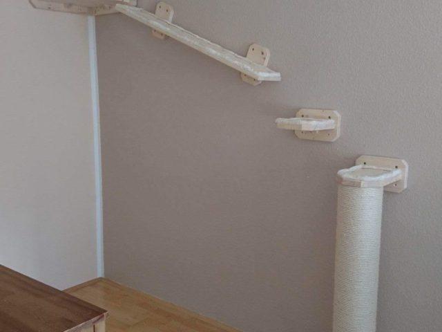 Wandkratzbaum mit XXL Sisalstamm, schräges Catwalk Brett mit Stufen sowie Wandhalterung