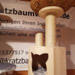 Kratzbaum mit Liegemulden und Höhle für Katzen