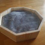 Exklusives Katzenbett aus Holz mit Kissen