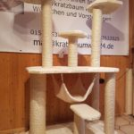 Kratzbaum mit grossen Liegeflächen für Katzen